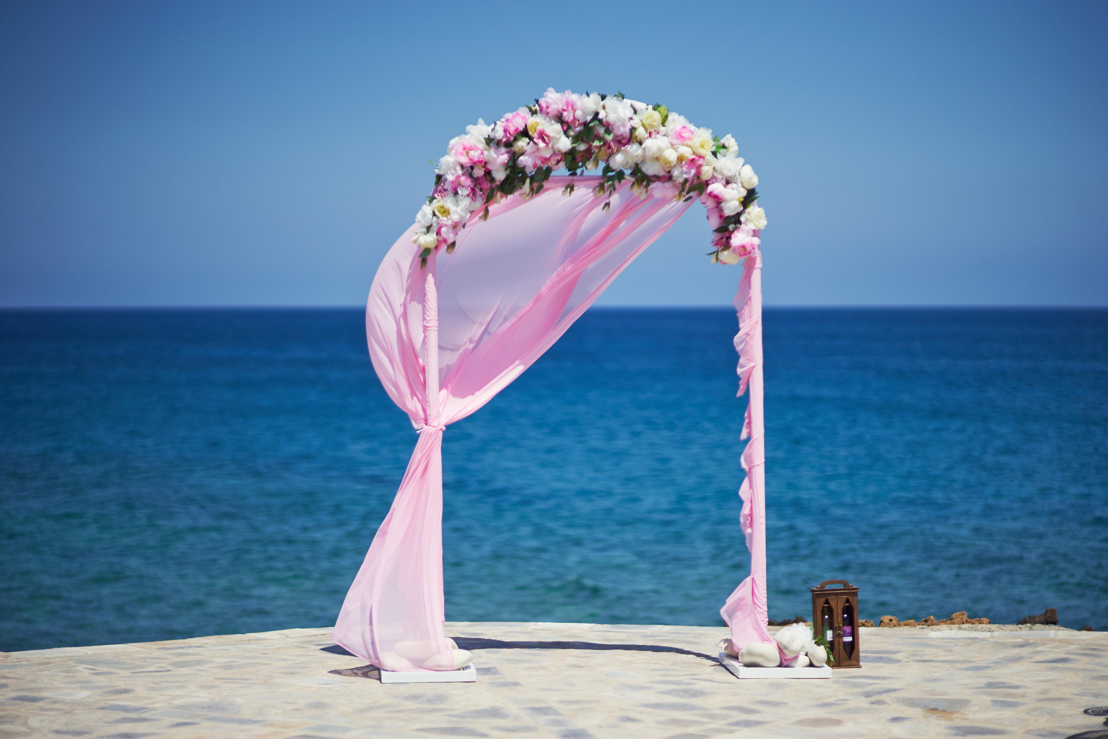 Оформление  белорозовое, свадьба на Кипре